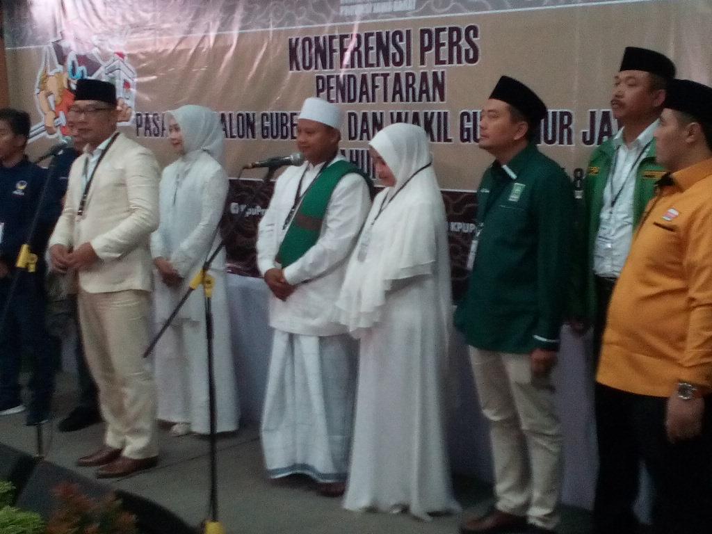 Pasangan calon gubernur dan wakil gubernur Jawa Barat, Ridwan Kamil dan Uu Ruzhanul Ulum (Rindu), seusai pendaftaran di KPU Jabar Jl Garut No. 11, Kota Bandung, (9/1/2018).