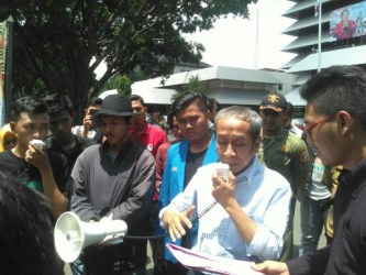 Masruhan Samsuri, Ketua Komisi A DPRD saat menemui para pengunjuk rasa dari massa PMII Walisongo yang menolak pengesahan revisi UU MD3.