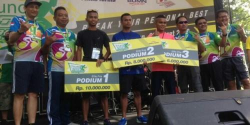 Juara lomba lari kategori elite Fituno 10K Run Challenge