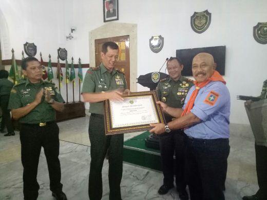 Pemberian Penghargaan dari Mayjen TNI Doni Monardo kepada Insan pers dan Pegiat Lingkungan