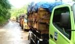 Antrian panjang truk pengangkut sampah menuju TPA Sarimukti
