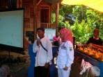 Komisioner KPU Jabar Nina Yuningsih pada acara Sawala Pilkada di Kampung Adat Kuta Kecamatan Tambaksari, Kabupaten Ciamis, Minggu (8/4/2018).