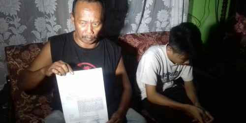 Ruhanda menunjukan bukti lapornya ke polisi karena dugaan kasus kekerasan yang menimpa anaknya RR di SMKN 2 Kota Banjar