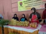 Peserta sedang menunjukan produk yang telah dikemas hasil pelatihan dari Disperin Kota Semarang