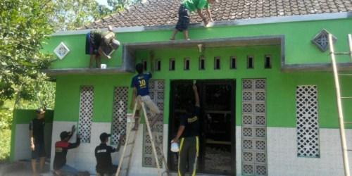 PAC Ansor Gunungpati saat bergotong royong merenovasi Masjid Nurul Huda Dusun Bantar Dowo Kelurahan Sekaran Gunungpati, Kota Semarang.