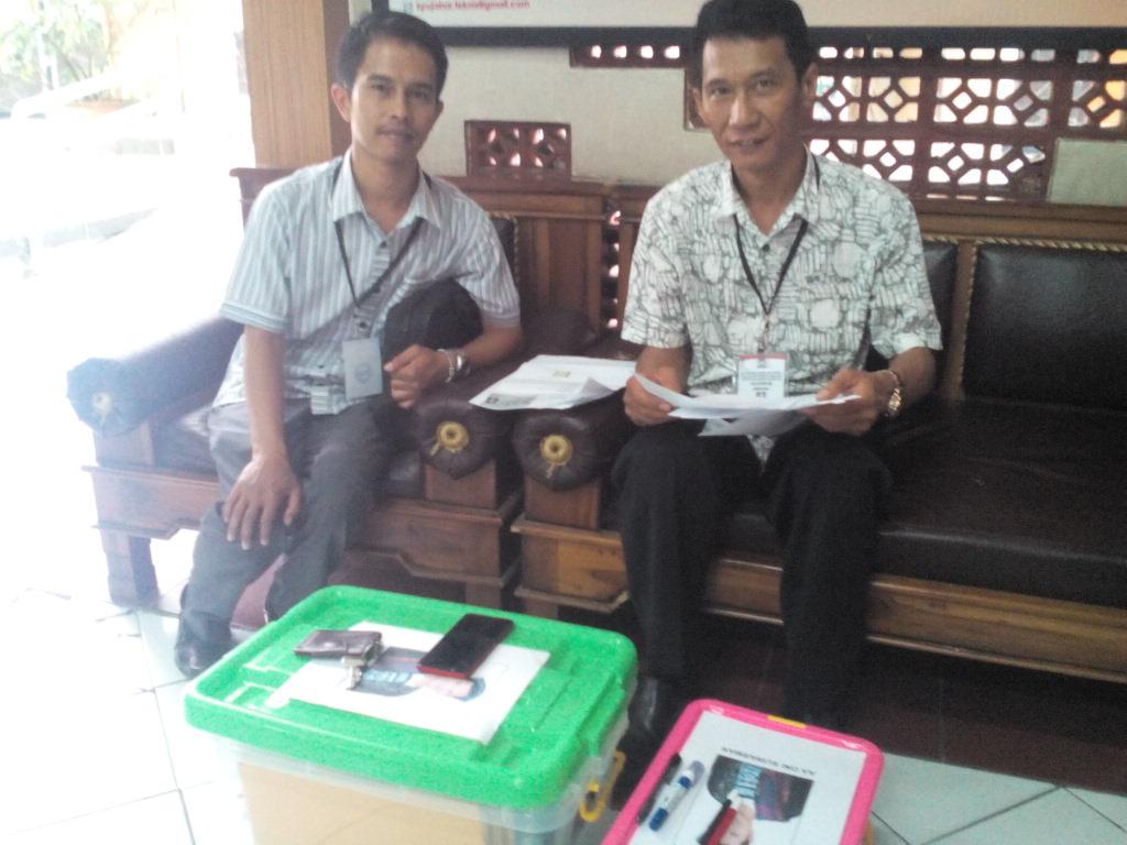 Liassion Officer (LO) dari Aa Oni Suwarman, Monang Irianto (kanan) dan Iman Faishal (kiri), saat mendaftar calon DPD RI untuk periode 2019-2024 di Kantor KPU Jabar.