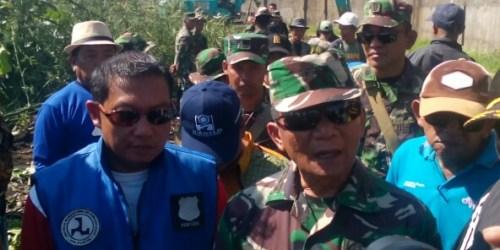Komandan Sektor 4 Satgas Citarum Kolonel Inf Kustomo Tiyoso pada kegiatan normalisasi sempadan sungai di wilayah Desa Padaulun Kecamatan Majalaya, Kabupaten Bandung.