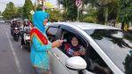 Peringati Hari Kartini, Polres Banjar Bagikan Coklat Kepada Warga