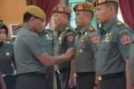 Acara sertijab Wadan Pussenarmed dari Kolonel Arm Jolly Suawa kepada Kolonel Arm M Naudi Nurdika