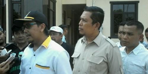 Budi Kusmono bersama dengan jajarannya di Setgab Paslon Iman Barokah saat melapor ke Polres Banjar terkait dengan beredarnya selebaran gelap yang berisi fitnah terhadap paslon dan partai pengusung.