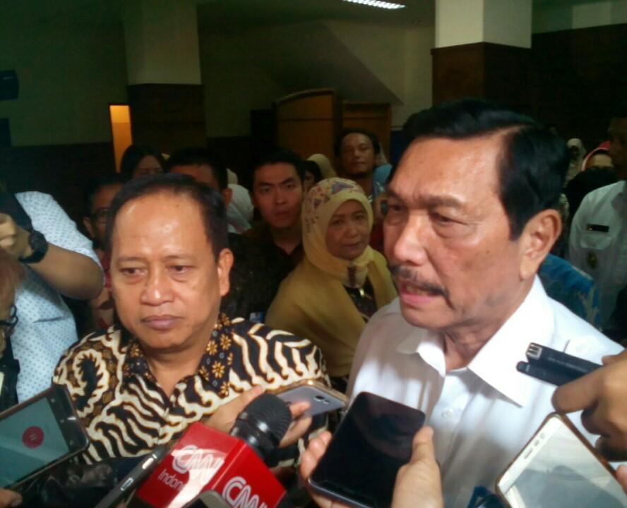 Prof. Mohamad Nasir (kiri) dan Menko Kemaritiman Luhut B Panjaitan (kanan) saat wawancara dengan awak media seusai pencanangan KKN Tematik Citarum Harum di Grha Sanusi Hardjadinata Unpad, Kota Bandung.