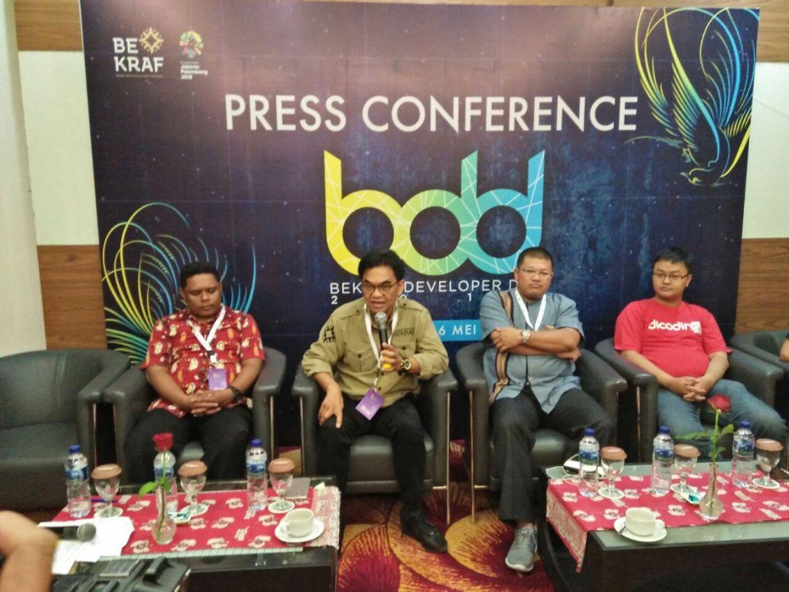 Kiri-Rudolf Lodewyk Kaitanus (OS 17 COMMUNITY), Hari Sungkari (Deputi Infrastruktur BEKRAF), Restog Kusuma (Direktur Akses Perbankan bekraf), Kevin Kurniawan (COO Dicoding Indonesia) di acara Bekraf Development Day di Jayapura, Papua,, Minggu (6/5/2018).