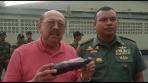 Ketua APINDO Jabar, Deddy Widjaya (kiri), dan Komandan Sektor 21 Satgas Citarum Harum Kolonel Inf Yusep Sudrajat (kanan), saat pengecekan aliran sungai di Jl. Industri, Kota Cimahi.