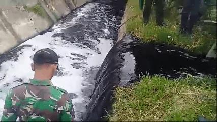 Kondisi aliran sungai di kawasan Jl. Industri, Kecamatan Cimahi Selatan, Kota Cimahi, yang hitam pekat akibat terkontaminasi limbah yang dibuang oleh industri tanpa melalui pengolahan IPAL yang memadai.