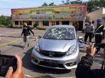 Satu unit mobil yang digunakan terduga teroris yang disergap Densus 88 di Kabupaten Cianjur, Minggu (13/5/2018).