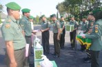 Danrem 084/Bhaskara Jaya, Kolonel Kav M. Zulkifli, menyerahkan bingkisan Idul Fitri dari Pangdam V Brawijaya Mayjen TNI Arif Rahman kepada personelnya.