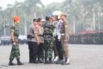 Panglima TNI dan Kapolri menyematkan tanda Operasi Ketupat 2018 secara simbolis