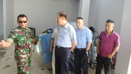 Dansektor 4 Satgas Citarum Kolonel Inf Kustomo saat penutupan lubang pembuangan limbah PT WIS Majalaya