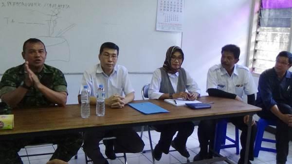 Dansektor 21 Satgas Citarum Kolonel Inf Yusep Sudrajat bersama dengan manajemen PT Teguh Jaya Pranata saat gelaran konferensi pers terkait komitmen perusahaan dalam membuang hasil olahan limbah ke aliran sungai
