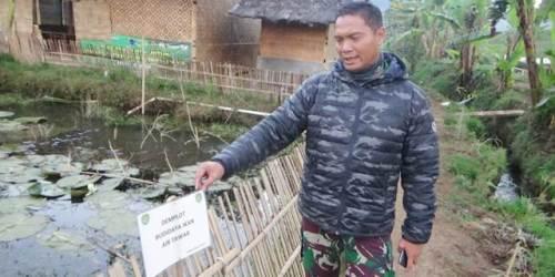 Dansektor Pembibitan Satgas Citarum Kolonel Inf Yanto Kusno Hendarto menunjukkan kepada wartawan demplot budidaya ikan air tawar. Kamis (26/7/2018).