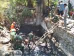 Jajaran Sektor 7 Satgas Citarum menutup saluran Cisuminta yang merupakan salasatu titik pembuangan limbah PT MCAB