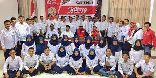 Kontingen PMI Jateng berfoto bersama usai mengikuti pelatihan bagi kontingen PMI Jateng Belajar tari : kontingen PMI Jateng saat belajar tari jawa di PMI Center Sambiroto Tembalang, Kota Semarang.