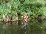 Anggota TNI Pamtas Rela Sebrangi Sungai Tiap Hari Demi Cerdaskan Anak Perbatasan