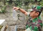 Dansektor 21 Satgas Citarum Kolonel Inf Yusep Sudrajat menunjukkan sampel hasil olahan limbah PT Sama Indah