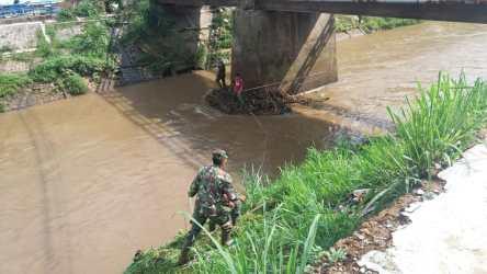 Satgas Citarum Subsektor Cisangkuy Angkat Sampah Di Tiang Jembatan Sindang Reret
