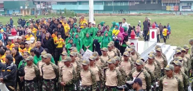 Anggota Kodim 1612 Manggarai ikut serta dalam aksi membersihkan kota Ruteng