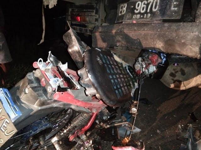 motor menabrak truk yang sedang parkir