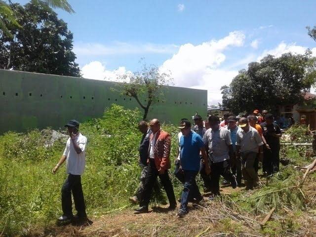 Gubernur NTT Viktor Laiskodat meninjau lokasi terdampak angin puting beliung di Liliba, Kupang