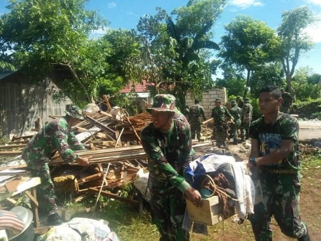 Prajurit TNI membantu para korban bencana angin puting beliung di Kupang, NTT