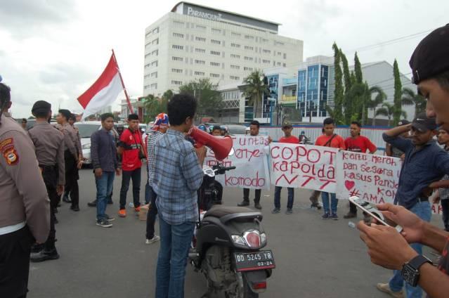 aktivis mahasiswa AMA-NTT Makassar demo desak Kapolri copot Kapolda NTT