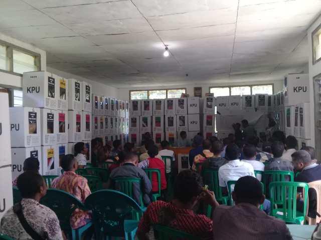 rapat pleno rekapitulasi suara tahap pertama kecamatan lamba leda