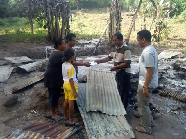 Pemberian-bantuan-korban-kebakaran-rumah-di-Waelengga