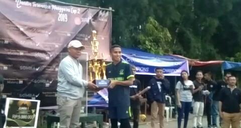 piala-juara-turnamen-Manggarai-Cup-II-ke-Kota-Komba