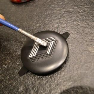 Peinture du logo Renault en gris métallisé sur le centre de roue de 4L