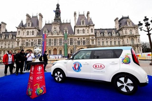 Le Trophee de l Euro2016 presente a l hotel de Ville de Paris par Anne Hidalgo - maire de Paris