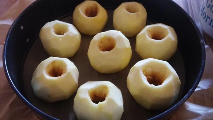 8 Äpfel passen in die Form. Je nach Größe kann das variieren.