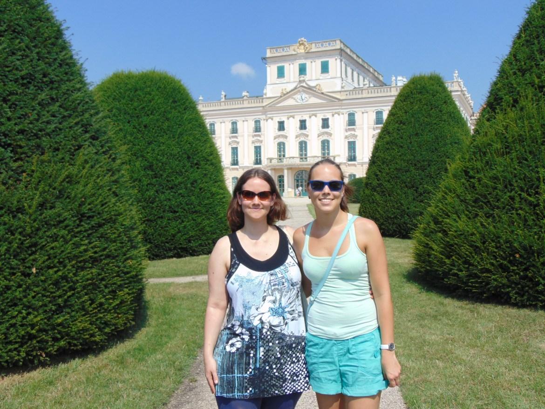 Im Garten des Schlosses Esterházy mit Zsófia.