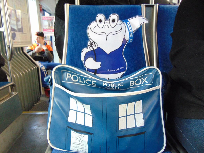 Oddy reist ganz im Doctor Who Stil
