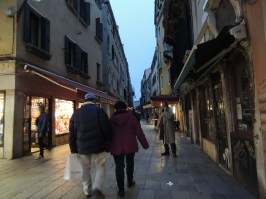 Por los laberintos venecianos caminamos, fuimos de compras, anduvimos a paso lento, pero felices.