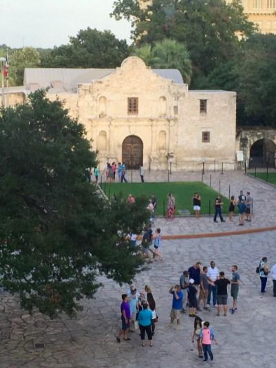 La vista del restaurante es el simbólico Alamo.