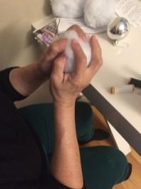 """Con ayuda de mi mamá forramos las esferas con la """"nieve"""" artificial."""