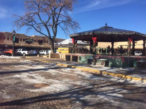 Taos tiene una pequeña plaza y a su alrededor están tiendas y restaurantes.