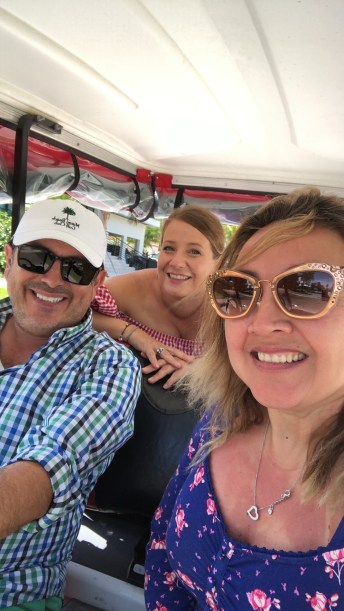 En carrito de golf, como se acostumbra a andar por la isla.