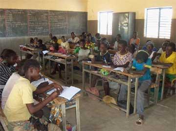 """Résultat de recherche d'images pour """"des eléves en classes dans un CEG au Burkina"""""""