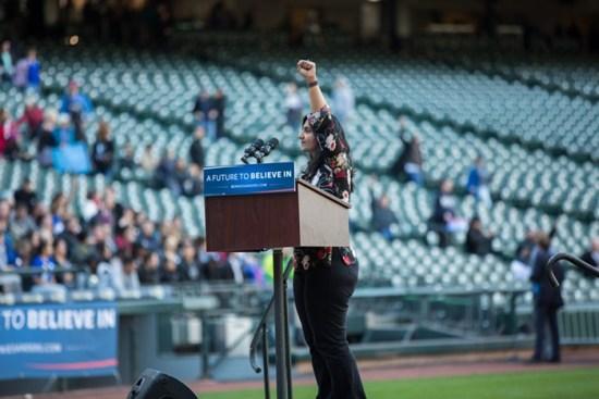 Kshama Sawant, Ahli Majlis Seattle dan ahli Socialist Alternative USA, berucap di hadapan 20 ribu hadirin di sebuah himpunan bagi ceramah Sanders. Kshama menyeru untuk pembinaan sebuah parti baru yang akan mewakili 99% rakyat biasa menentang golongan elit 1%.