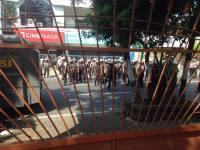 Anggota polis kelihatan lengkap dengan senjata daripada dalam Asrama Mahasiswa Papua Kamasan yang sedang dikepung.